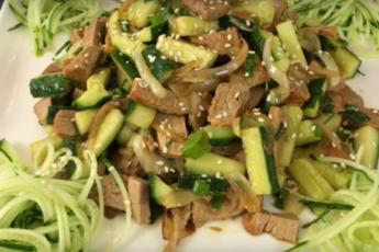 Хрустящий и сочный салат со свежими огурцами